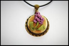 Schmuckanhänger kreisformig mit lila Blumen