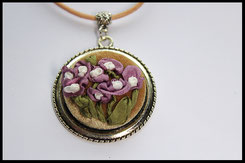 Schmuckanhänger mit lila & weißen Blumen
