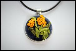 Schmuckanhänger rund mit gelben Blumen