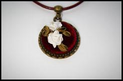 Schmuckanhänger rund mit weißen Rosen