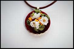 Schmuckanhänger mit kleinen weißen Blumen Kettenanhänger Anhänger