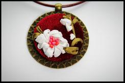 Schmuckanhänger rund mit weißen Blumen