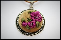 Schmuckanhänger rund mit lila Blumen Kettenanhänger Anhänger