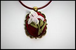 Schmuckanhänger oval mit rosa Blumen