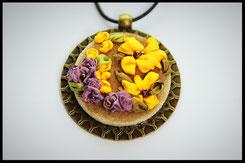 Schmuckanhänger mit gelben & lila Blumen