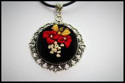 Schmuckanhängerr mit verschieden farbige Blumen