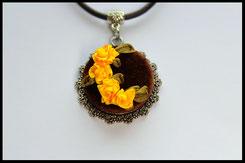 Schmuckanhänger mit gelben Blumen