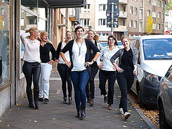 JGA Gruppe Bonn im Schmuckworkshop & Fotoshooting für JGA Bonn im Atelier glamourös feiern