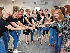 Gruppenfoto Sektempfang Junggesellinnen Düsseldorf