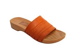 sabots d'été pour femme, sandale cuir et bois de 3 cm de talon. L'originalité du modèle réside dans l'empeigne, constituée de 3 bandes de différents cuirs oranges.