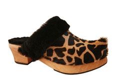 Sabot suédois d'hiver pour femme, en cuir à poils ras motifs girafe, et revers en peau retournée. C'est très chaud, très confortable et peu kitsh avec la pointe qui remonte à l'avant