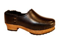 Modèle de sabots pour l'hiver et pour homme, fermé au niveau du talon, en cuir noir  à tannage végétal et doublure en peau de mouton