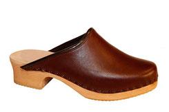 Sabot suédois pour homme, en cuir à tannage végétal et semelle en noyer parfaite pur les pieds larges. Un petit liseré de cuir recouvre la partie talon.