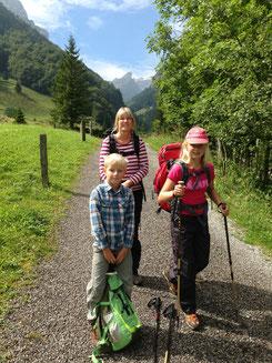 Wanderführerin Stefanie Sender unterwegs mit Kindern
