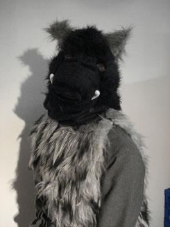 Der Wildschweinkopf ist zu tragen wie ein Hut.ist sehr leicht und weich.Gesicht bleibt verdeckt durch sehr feines Stofftuch.Durchs Tuch sehr gute Sicht.Kann auch ohne diesesTuch getragen werden. 2Stk.am Lager