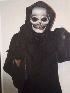 langes Kleid und Maske