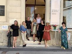 Die Künstlerinnen von STOSSIMHIMMEL vor ihrem Atelier.