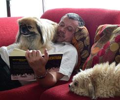 Mit Theodor (links) und Georges (rechts) am Lesen. Ich bin der in der Mitte.