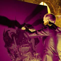le peintre performer erik black painting a cote du portrait paillettes de marilyn monroe