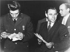 Franz Kössler liefert Elvis ein Telegramm