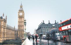 Big Ben von der Brücke aus mit Londoner rotem Bus