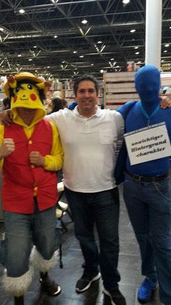 Jesus Lopez mit Pikachu und blauen Hintergrundcharakter