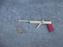 よく作りましたよね、輪ゴム鉄砲。ただ、人には絶対向けないでください。