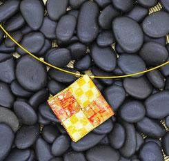 Origamianhänger aus gelacktem Japanpapier an Golddraht