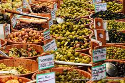 Marchand d'olives au Viktualienmarkt de Munich