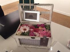 ファンの方より届いたお花。作家の作品をイメージして作られたアレンジメント。