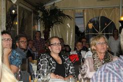 Gespannt verfolgen die Premierengäste den Film BEI UNS IN NEU WULMSTORF auf der Leinwand ...