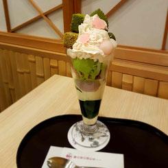 matcha-eisbecher im giontsujiri in kyoto