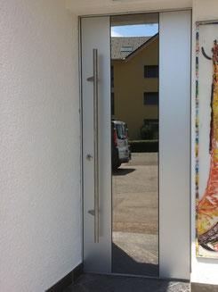 Haustüre mit ALU-Doppel, Spiegelglaseinsatz und Stangengriff