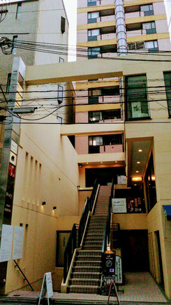 中央階段の右通路を奥に進むとマンションの入り口があります。