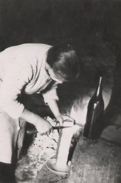 Grand-mère Rachel servant la raclette