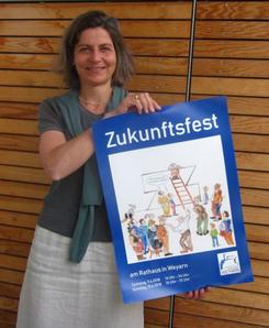 Die Organisatorin des Zukunftsfestes Katja Klee mit dem Plakat.    Foto: Monika Ziegler