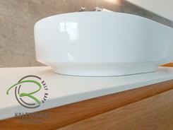 Waschtisch in Eiche massiv mit integrierter Griffleiste mit Aufsatzwaschbecken von Schreinerei Holzdesign Ralf Rapp in Geisingen, Badezimmerset vom Schreinerei in Eiche massiv