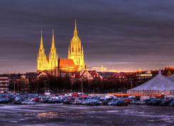 Die Paulskirche in München im letzten Licht des Tages - kurz nach einem Regenschauer