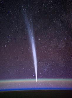 Spektakuläres Foto des Kometen Lovejoy C/2011 W3 fotografiert von Dan Burbank, NASA Astronaut auf der ISS am 22.12.2011. (wikipedia/Nasa).