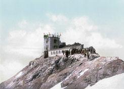 Einweihung der meteorologischen Hochstation neben dem Münchner Haus auf dem Zugspitzgipfel am 19.07.1900 (wikipedia, gemeinfrei, da Schutzfrist abgelaufen ist)