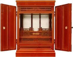 本格的なお仏壇を凝縮して飛騨春慶で仕上げたお仏壇です