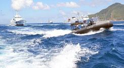 尖閣諸島周辺海域に領海侵犯した中国船(右側奥)と、警備に当たる海上保安庁の巡視船=2013年8月、仲間均市議撮影