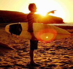 surfgasm - surfnomade - lifetravellerz - sundowner - surfbrett - meer