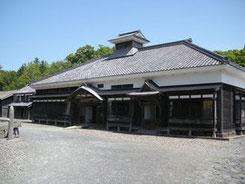 写真Wikipedia 北海道札幌市厚別区の「開拓の村」に移築された鰊御殿「旧青山家」 @タクナワン