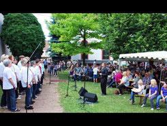 """Beim Kirchgartenfest unterhält der Frauenchor """"KlanglichT"""" unter der Leitung von Christian Baer die Besucher. Foto: Frank Gottschald"""