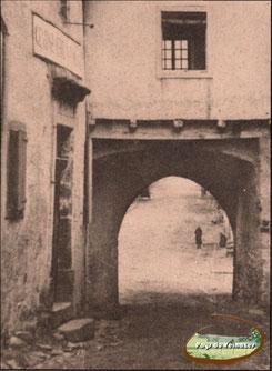 A gauche, emplacement de la gendarmerie de Montsalvy en 1800 - Carte postale (détail)