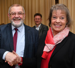 Dem auf eigenen Wünsch nach zehnjähriger Amtszeit als Präses ausgeschiedenen Adam Daume dankte Dekanin Petra Hegmann für den Kirchenkreis Eder.