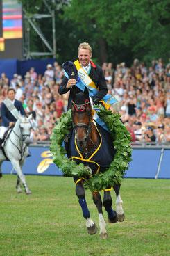 So werden sie in Erinnerung bleiben - Derbysieger Nacorde und Andre Thieme in Hamburg. Foto: Bjoern Schroeder