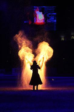Die Show-Gruppe Excalibur zeigte eine beeindruckende Feuershow zur Pferdenacht am Samstag Abend. Foto: bb