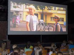 """Gebannt verfolgen die Kinder den Film """"Rico, Oskar und das Herzgebreche"""""""
